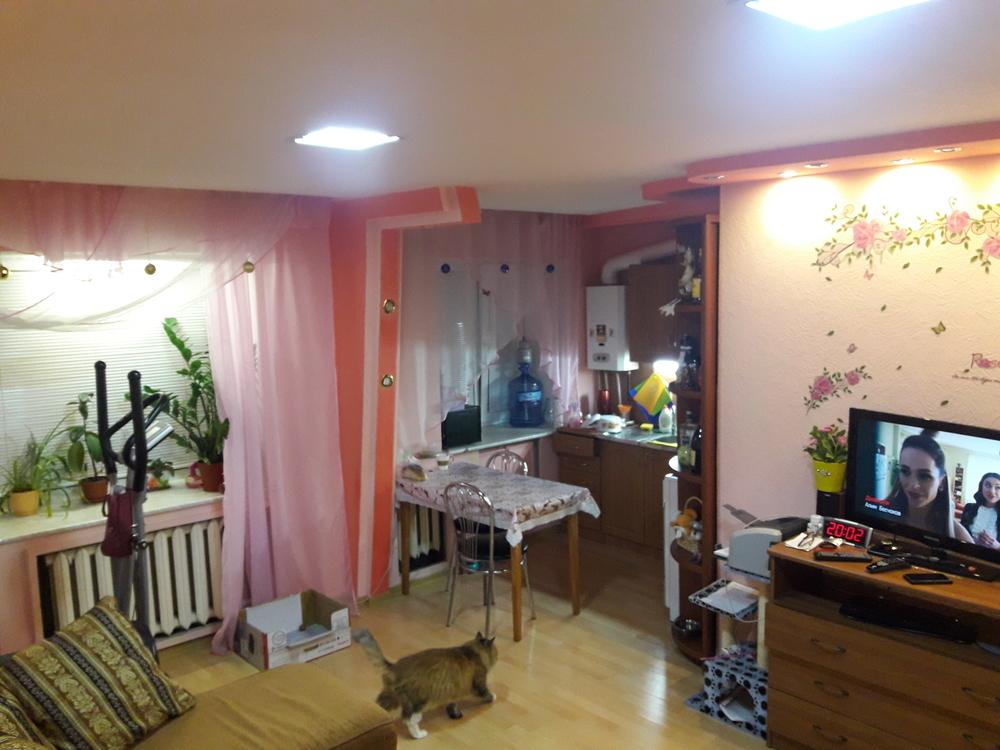 продается уютная квартира на 4 этаже, балкон застеклен, пвх. перепланирована кухн ...