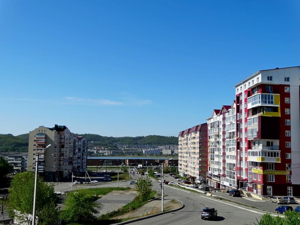 Фото: Состояние и особенности квартиры <br>Продается квартира в центре внимания! <br>С красивым видом на город и бухту! <br>Где проснуться можно под первые лучики солнца! <br>С вложением в санузел (300 000 рублей)! <br>Проведнной электро - проводкой (60 000 рублей)! <br>И есть проект дизайнера! <br>Ваша квартира - это не только место, куда хотелось бы возвращаться снова и снова